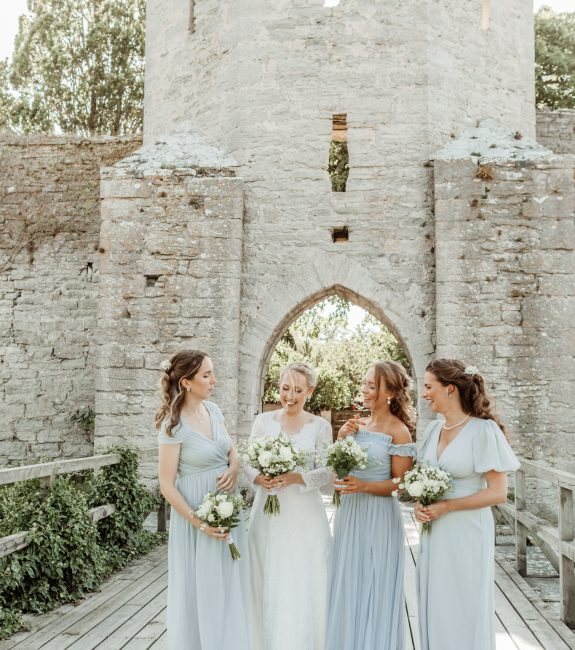 brides-team-brud-med-tarnor-visby-ringmur-drombrollop-gotland-patricia-holmen